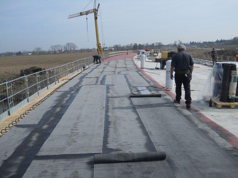 Abdichtung der Fahrbahn, bei einer Brücke.