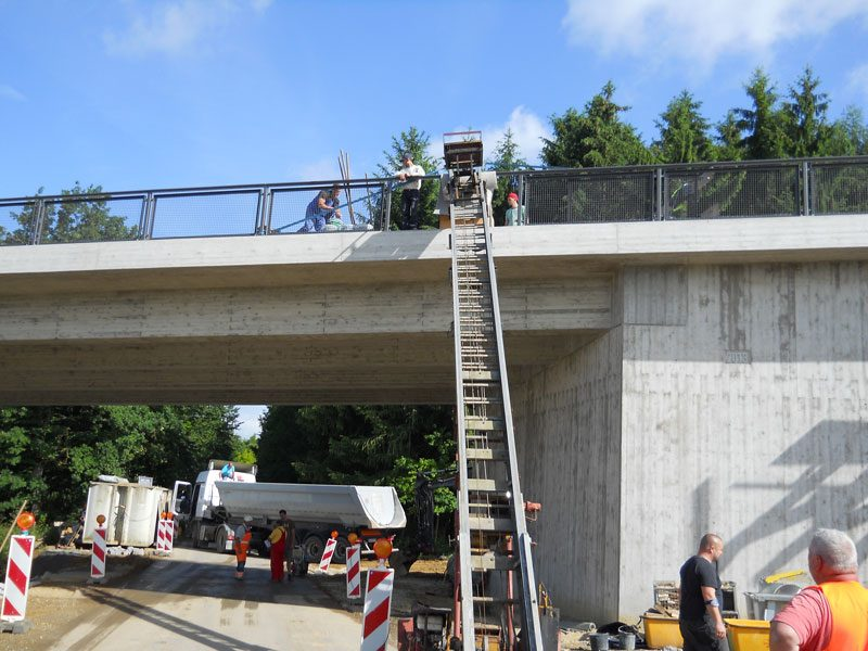 Arbeitsmaterial wird auf die Brücke in Reisbach befördert.